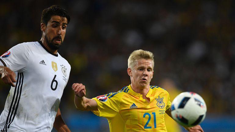 Воскресенье. Лилль. Германия - Украина - 2:0. В борьбе Сами ХЕДИРА и Александр ЗИНЧЕНКО. Фото Reuters
