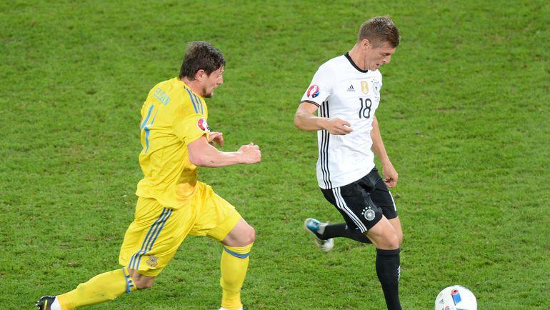 Воскресенье. Лилль. Германия - Украина - 2:0. Евгений СЕЛЕЗНЕВ и Тони КРОСС. Фото AFP