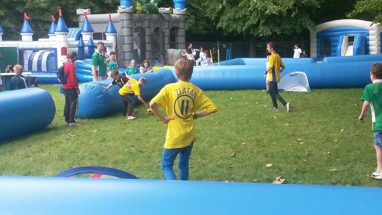 Понедельник. Сен-Дени. Перед матчем Ирландия - Швеция дети играют в футбол на поле с надувными бортами. Фото Александр ПРОСВЕТОВ, «СЭ»