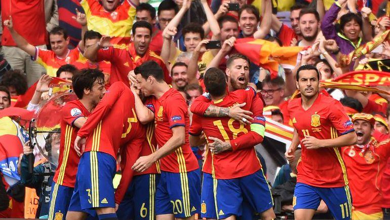 Понедельник. Тулуза. Испания – Чехия – 1:0. Испанцы празднуют гол.