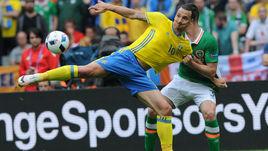Понедельник. Сен-Дени. Ирландия - Швеция - 1:1. Златан ИБРАГИМОВИЧ (слева) в борьбе за мяч с Кираном КЛАРКОМ.