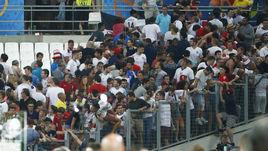 Суббота. Марсель. Англия - Россия - 1:1. Английские болельщики ретируются с трибуны.