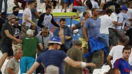 """Суббота. Марсель. Англия - Россия - 1:1. Беспорядки на трибунах стадиона """"Велодром""""."""
