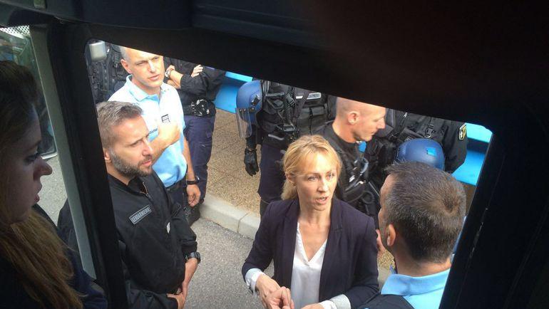 Сегодня. Канн. Французская полиция у автобуса с болельщиками ВОБ.