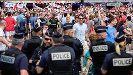 Полиция во Франции ищет тех, кто нанес смертельную травму английскому фанату в Марселе.