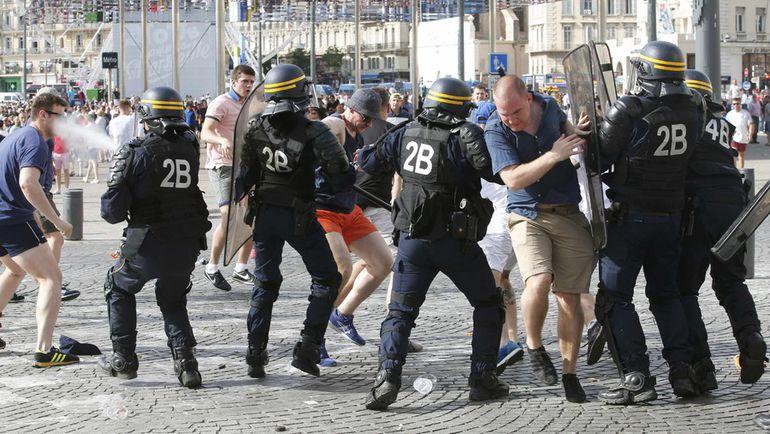 Суббота. Марсель. Полиция пытается остановить беспорядки в Старом порту в день мачта Англия - Россия. Фото Reuters