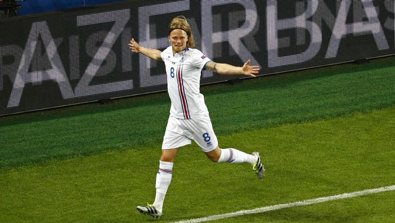 Биркир БЬЯДНАСОН - автор первого гола в истории исландцев на Euro. Фото Reuters