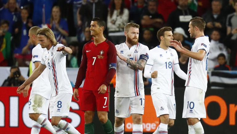 КРИШТИАНУ РОНАЛДУ (в центре) и исландцы после финального свистка. Фото Reuters
