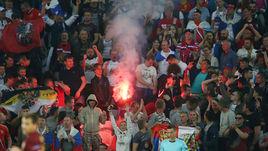 Сегодня. Лилль. Россия – Словакия – 1:2. Файер на трибуне с российскими болельщиками.