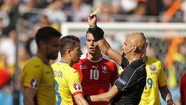 Сегодня. Париж. Румыния - Швейцария - 1:1. Сергей КАРАСЕВ выносит одно из шести предупреждений в игре.