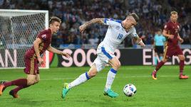Вчера. Лилль. Россия - Словакия - 1:2. Юрай КУЦКА (справа) уходит от Александра ГОЛОВИНА.