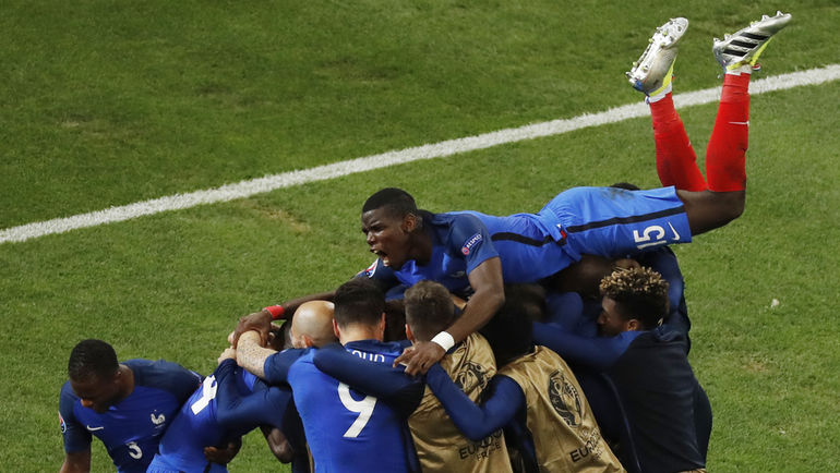 Среда. Марсель. Франция – Албания – 2:0. Игроки французской сборной празднуют гол.