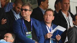 Сегодня. Ланс. Англия - Уэльс - 2:1. Леонид СЛУЦКИЙ (справа) и его ассистент Сергей БАЛАХНИН.