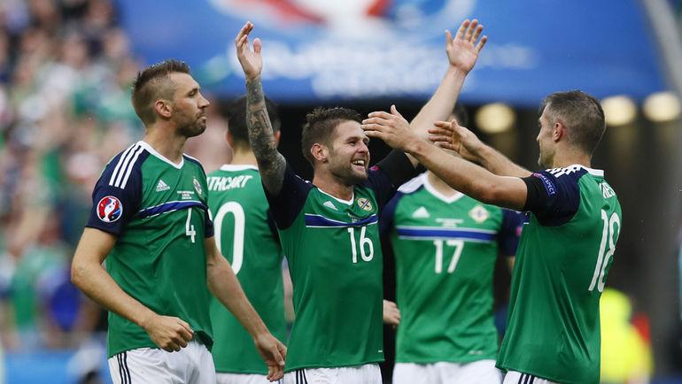Четверг. Лион. Украина – Северная Ирландия – 0:2. Футболисты сборной Северной Ирландии празднуют победу.