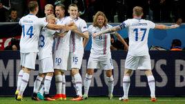 Игроки сборной Исландии празднуют гол в ворота Португалии.