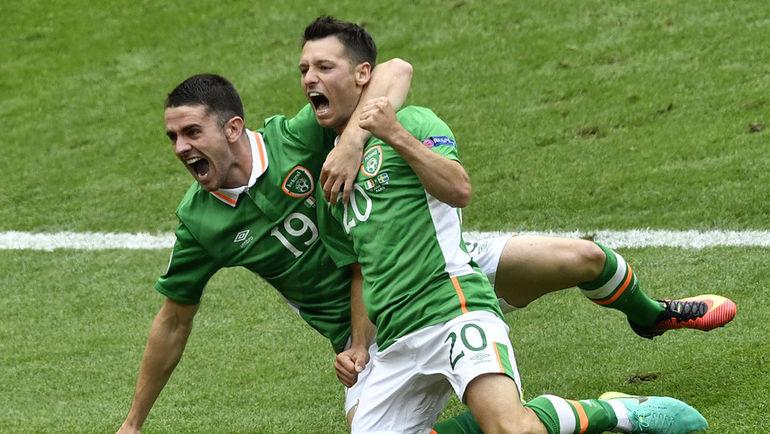 Игроки сборной Ирландии празднуют гол в ворота Швеции. Фото AFP