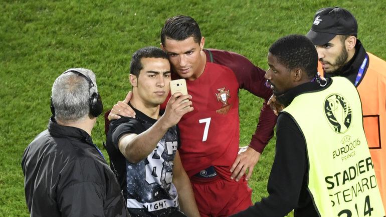 Суббота. Париж. Португалия - Австрия - 0:0. Криштиану РОНАЛДУ делает селфи с болельщиками. Фото Reuters