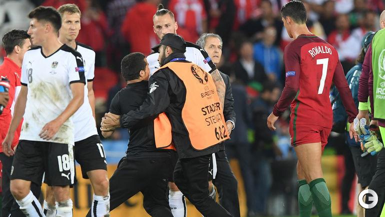 Суббота. Париж. Португалия - Австрия - 0:0. Фанат пытается пробиться к Криштиану РОНАЛДУ.