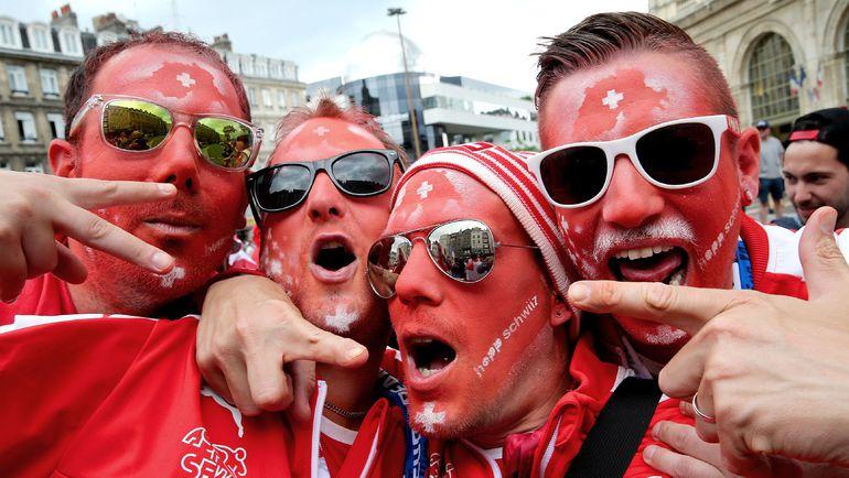 Сегодня. Лилль. Болельщики сборной Швейцарии перед игрой против Франции. Фото AFP