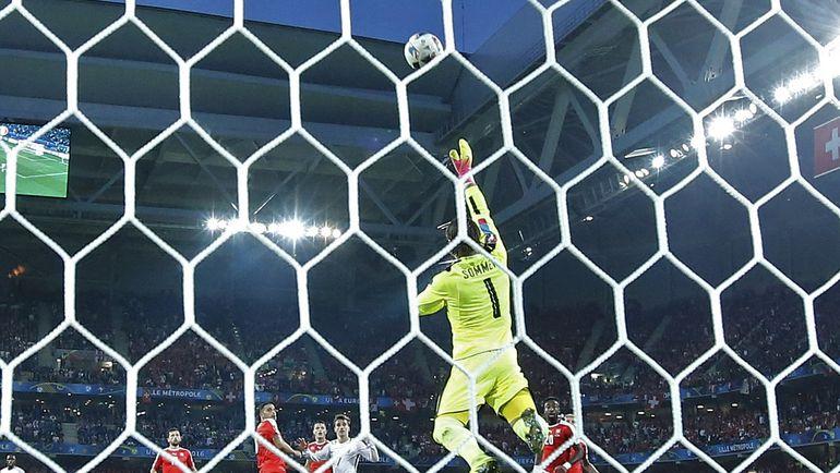 Вчера. Лилль. Швейцария - Франция - 0:0. Опасный момент у ворот гостей после атаки Антуана ГРИЗМАННА. Фото Reuters