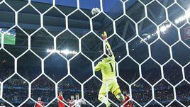 Вчера. Лилль. Швейцария - Франция - 0:0. Опасный момент у ворот гостей после атаки Антуана ГРИЗМАННА.