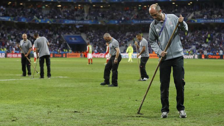 Вчера. Лилль. Швейцария - Франция - 0:0. Цвет поля можно сделать зеленым, но лучше от этого он не станет. Фото Reuters