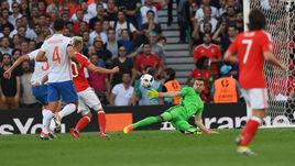 Понедельник. Тулуза. Россия - Уэльс - 0:3. 11-я минута. Аарон РЭМСИ (второй слева) забивает первый гол в ворота Игоря АКИНФЕЕВА.