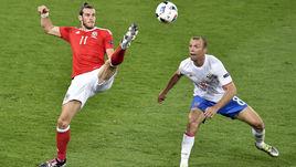 Вчера. Тулуза. Россия – Уэльс – 0:3. Денис ГЛУШАКОВ (№8) не успевает накрыть Гарета БЭЙЛА.
