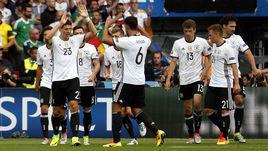 Вторник. Париж. Северная Ирландия - Германия - 0:1. Игроки сборной Германии празднуют единственный гол Марио ГОМЕСА (№23).