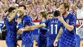 Вторник. Бордо. Хорватия - Испания - 2:1. Игроки и болельщики сборной Хорватии празднуют победу.