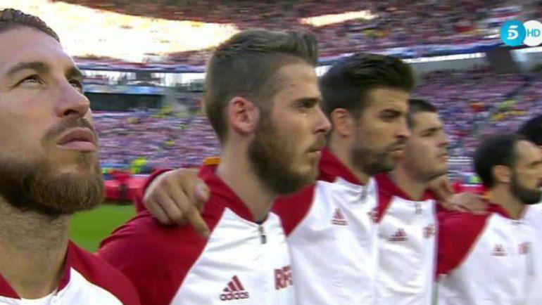 Вторник. Бордо. Хорватия - Испания - 2:1. Защитник сборной Испании Жерар Пике показал средний палец своему партнеру по национальной команде Серхио Рамосу. Фото Marca