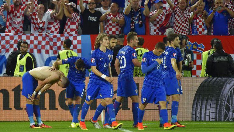 Вторник. Бордо. Хорватия - Испания - 2:1. Игроки сборной Хорватии благодарят болельщиков за поддержку. Фото AFP