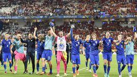 21 июня. Бордо. Хорватия - Испания - 2:1. Хорваты празднуют победу и выход из группы с первого места.