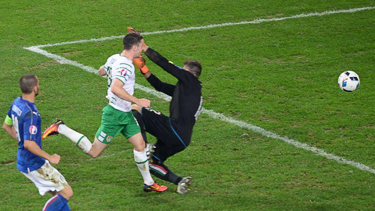 Вчера. Лилль. Италия - Ирландия - 0:1. 85-я минута. Гол Роберта БРЭЙДИ. Фото AFP