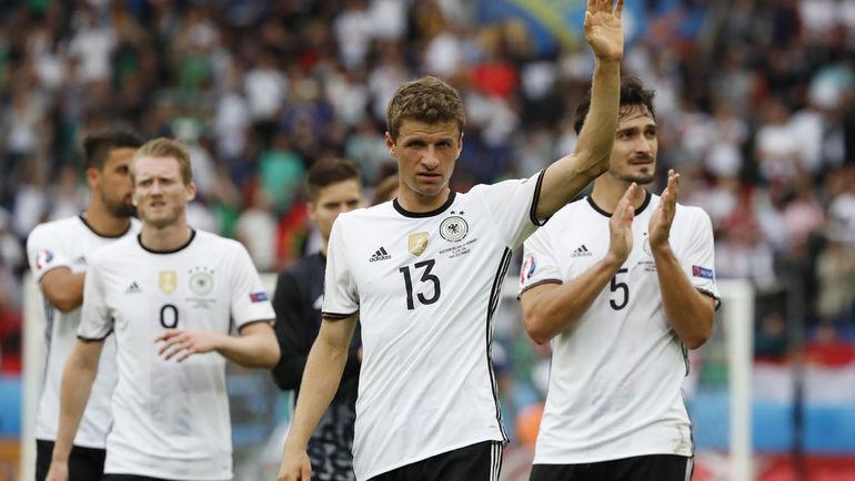Вторник. Париж. Северная Ирландия - Германия - 0:1. Игроки сборной Германии благодарят болельщиков за поддержку. Фото AFP