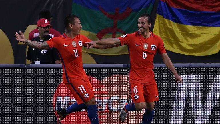 Среда. Чикаго. Колумбия - Чили - 0:2. Хосе ФУЭНСАЛИДА (№6) и Эдуадо ВАРГАС празднуют забитый гол. Фото AFP
