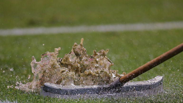 Среда. Чикаго. Колумбия - Чили - 0:2. Организаторы пытаются просушить газон после ливня, продлившего перерыв в матче на два часа. Фото USA TODAY Sports