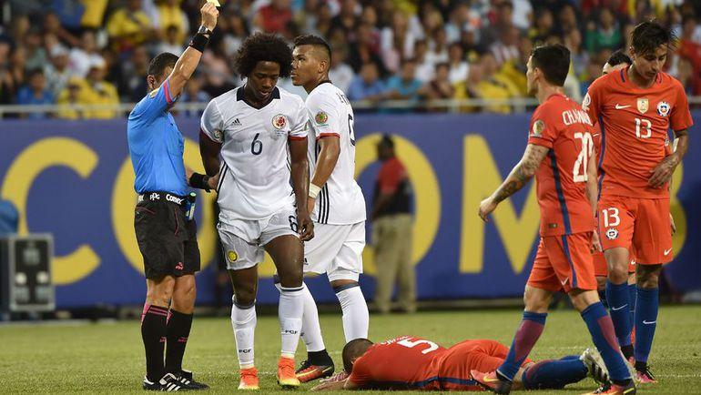 Среда. Чикаго. Колумбия - Чили - 0:2. Удаление Карлоса САНЧЕСА (№6). Фото AFP