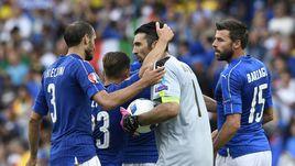 Капитан сборной Италии Джанлуиджи БУФФОН (№1) и его партнеры Джорджо КЬЕЛЛИНИ (№3), Эмануэле ДЖАККЕРИНИ (№23) и Андреа БАРЦАЛЬИ (№15).