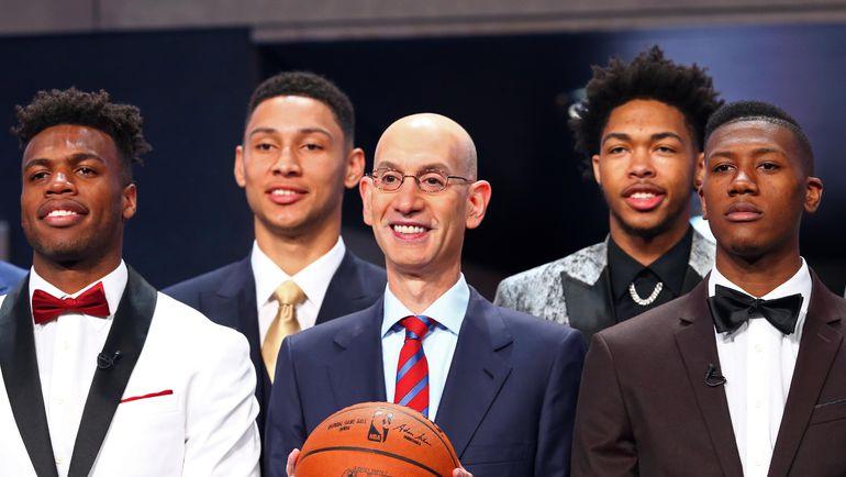 23 июня. Нью-Йорк. Комиссар НБА Адам СИЛЬВЕР (в центре), первый номер драфта Бен СИММОНС (сзади слева) и второй номер драфта Брэндон ИНГРЭМ (сзади справа). Фото USA Today
