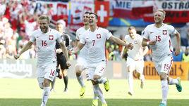 Сегодня. Сент-Этьен. Швейцария - Польша - 1:1, пен. - 4:5. Якуб БЛАЩИКОВСКИ (№16), Аркадиуш МИЛИК (№7) и Камиль ГЛИК вместе с партнерами празднуют выход команды в четвертьфинал.