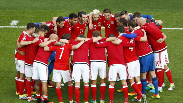 Единение сборной Уэльса после важной победы. Фото AFP
