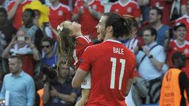 Сегодня. Париж. Уэльс - Северная Ирландия - 1:0. Гарет БЭЙЛ и с дочерью Альбой после матча.