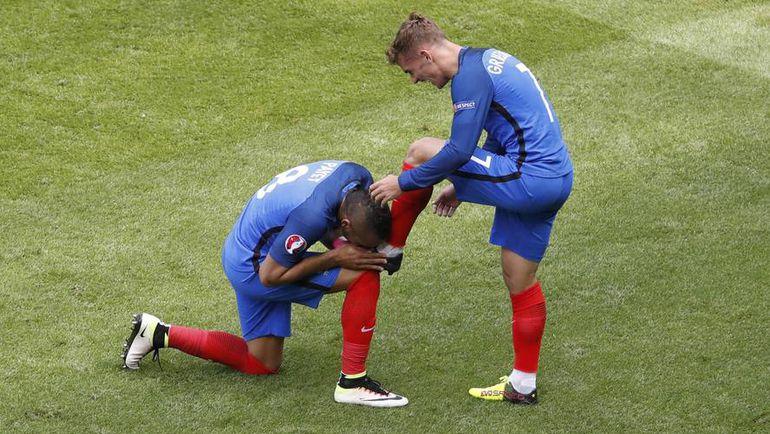 Сегодня. Лион. Франция - Ирландия - 2:1. Димитри ПАЙЕТ благодарит за гол Антуана ГРИЗМАННА. Фото AFP