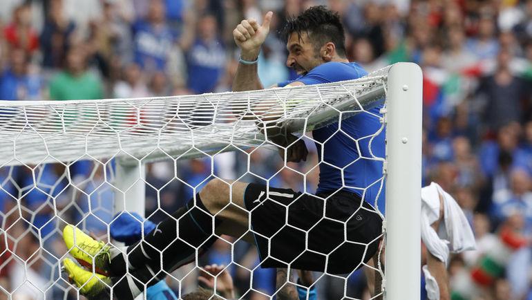 Сегодня. Сен-Дени. Италия - Испания - 2:0. Радость Джанлуиджи БУФФОНА после матча. Фото Reuters