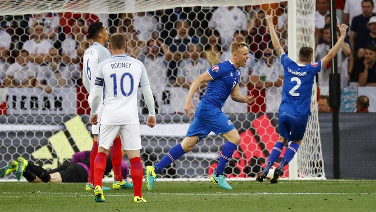 18-я минута. Колбейдн СИГТОУРССОН (второй справа) принес исландцам победу над англичанами. Фото REUTERS