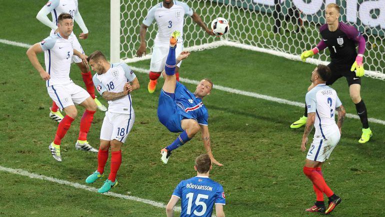 Вчера. Ницца. Англия - Исландия - 1:2. Рагнар СИГУРДССОН атакует ворота Джо ХАРТА. Фото AFP