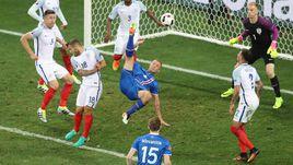 Вчера. Ницца. Англия - Исландия - 1:2. Рагнар СИГУРДССОН атакует ворота Джо ХАРТА.