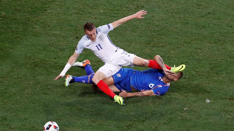 Понедельник. Ницца. Англия - Исландия - 1:2. Джейми ВАРДИ в борьбе с Рагнаром СИГУРДССОНОМ. Фото Reuters