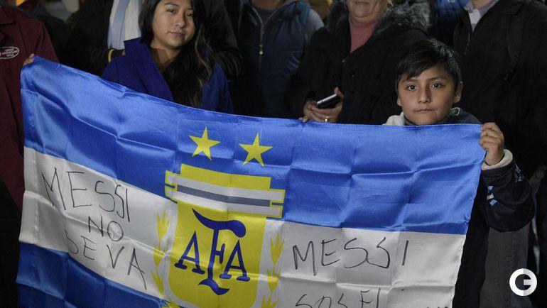 Вторник. Болельщики сборной Аргентины в аэропорту Буэнос-Айреса.